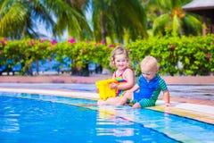 Crianças em uma piscina Imagem de Stock
