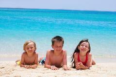 Crianças em uma praia Imagens de Stock