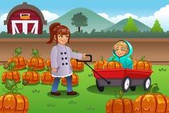 Crianças em uma viagem do remendo da abóbora Foto de Stock Royalty Free