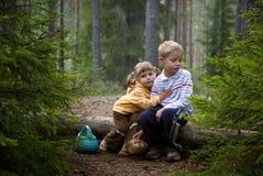 Crianças na floresta Fotos de Stock Royalty Free
