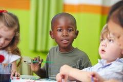 Crianças na pintura pré-escolar Fotos de Stock Royalty Free