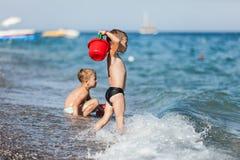 Crianças na praia do mar Fotografia de Stock Royalty Free