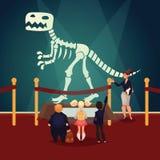 Crianças no museu que olha o esqueleto do dinossauro Fotografia de Stock Royalty Free