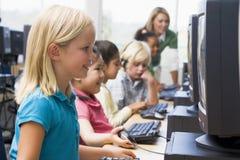 Crianças que aprendem como usar computadores. Imagem de Stock