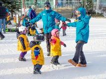 Crianças que aprendem esquiar no parque olímpico de Canadá Imagem de Stock