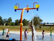 Crianças que batem o San Fernando Valley ele um momento no campo de jogos da água do parque de Chatsworth Fotografia de Stock