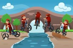 Crianças que fazem truques da bicicleta Fotografia de Stock