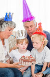 Crianças que fundem no bolo de aniversário Fotos de Stock Royalty Free