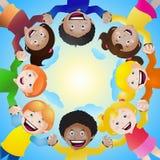 Crianças que guardam as mãos no círculo Imagem de Stock