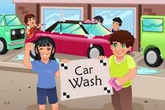Crianças que guardam um cartaz da lavagem de carros Fotos de Stock Royalty Free