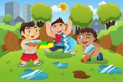 Crianças que jogam a arma de água Imagens de Stock