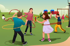 Crianças que jogam a aro de Hula Fotografia de Stock Royalty Free