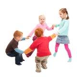 Crianças que jogam as mãos da terra arrendada do jogo dos miúdos no círculo Imagens de Stock
