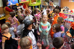 Crianças que jogam em Dia das Bruxas Fotos de Stock Royalty Free