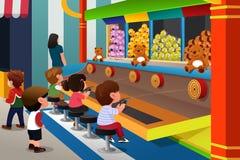 Crianças que jogam em jogos do carnaval Imagem de Stock Royalty Free