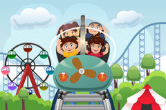 Crianças que jogam em um parque de diversões Imagem de Stock Royalty Free