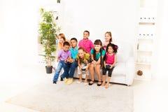 Crianças que jogam jogos de computador junto Foto de Stock