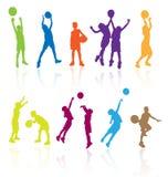 Crianças que jogam o basquetebol. Fotos de Stock