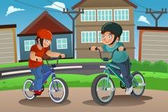Crianças que montam a bicicleta Imagens de Stock Royalty Free
