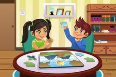 Crianças que resolvem enigmas Fotos de Stock