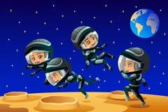 Crianças que vestem a lua de Outfit On The do astronauta Foto de Stock