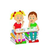 Crianças, um menino e uma menina que leem um livro que senta-se em uma pilha de b Foto de Stock