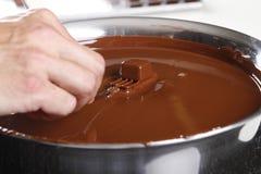 Criando confeitos e trufas com o chocolate de leite imagem de stock