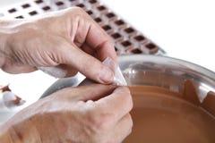 Criando confeitos e trufas com o chocolate de leite imagem de stock royalty free