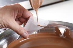 Criando confeitos e trufas com o chocolate de leite imagens de stock royalty free