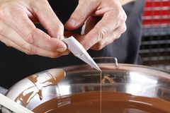 Criando confeitos e trufas com o chocolate de leite fotos de stock