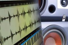 Criando a música em um editor no portátil, oradores borrados do fundo Fotografia de Stock Royalty Free