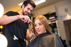 Criando o penteado novo fotografia de stock
