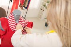 Criando o vestido em um manequim Imagem de Stock