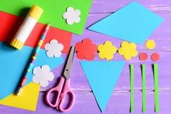 Criando os ofícios de papel para o dia ou o aniversário do ` s da mãe etapa Corte detalhes a fazer um ramalhete de papel para a m Imagens de Stock Royalty Free