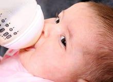 Crianza con biberón del bebé Fotografía de archivo