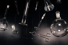 Criativo e vintage setup com equipamento de laboratório. Imagens de Stock