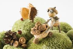 criatura del bosque del cuento de hadas que recoge diseño de la estación del otoño de las bellotas Fotografía de archivo