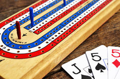 Cribbagebräde och spelakort royaltyfria bilder