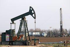 Cric de pompe et plate-forme de forage de forage de pétrole Image stock