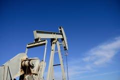 Cric de pompe de site de puits de production de p?trole brut contre les cieux bleus dans le schiste de Niobrara image libre de droits