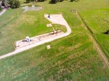 Cric fonctionnant de pompe de vue supérieure pompant le pétrole brut dans la grange de La, le Texas photos stock