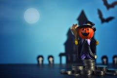 Cric-o-lanterne de potirons de Halloween sur le fond bleu-foncé Photo stock