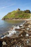 Criccieth海滩威尔士英国历史的沿海城市在与蓝天的夏天在一美好的天 库存图片