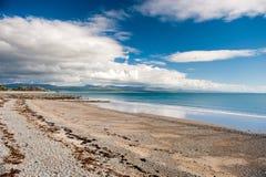 Criccieth strand, Gwynedd, Wales Royaltyfria Bilder