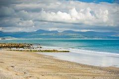 Criccieth strand, Gwynedd, Wales Royaltyfri Bild