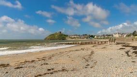 Criccieth strand och slott, Wales, UK royaltyfria foton