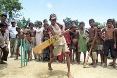 Cricket bangladais jouant des garçons, Bangladesh Photos stock