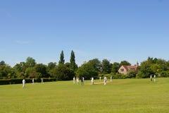 Cricket sur le vert de village (avec l'espace pour le texte) Photographie stock