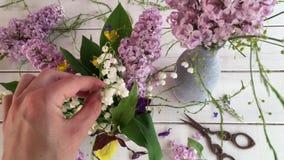 Crie o arranjo de flor bonito vídeos de arquivo