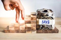 Crie o conceito de salvar o dinheiro com caminhada da mão na escadaria ao sucesso, planeamento empresarial fotos de stock